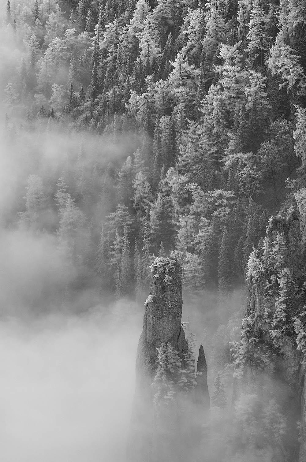 134.1. Untu Sorin. Turnul din ceata (Masivul Ceahlau)