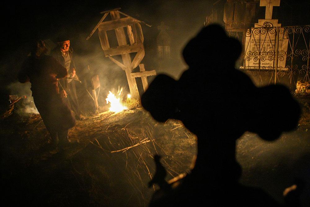 2013 – Fotoreportaj – Premiul 2 – Nica Laurenţiu Nicuşor – Focurile din joia mare de la Salcia (Salcia, Dolj) – 1