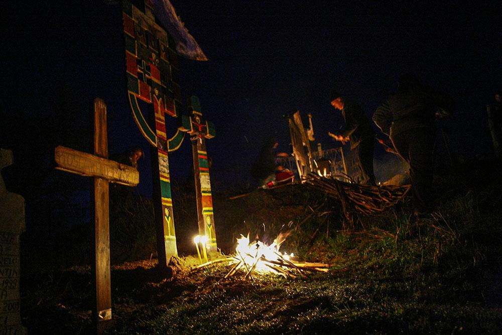 2013 – Fotoreportaj – Premiul 2 – Nica Laurenţiu Nicuşor – Focurile din joia mare de la Salcia (Salcia, Dolj) – 2