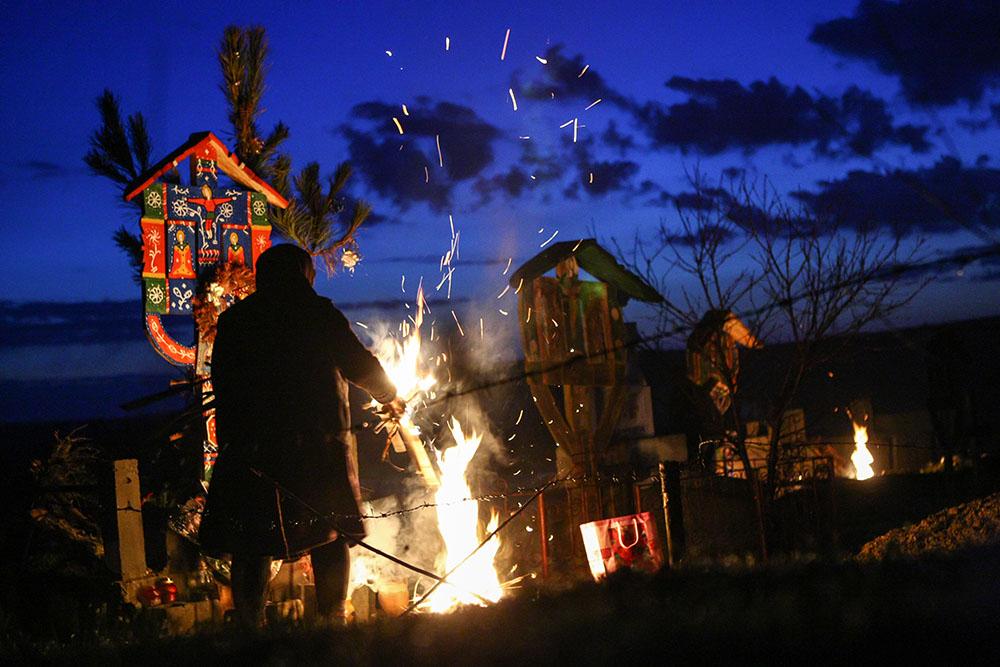 2013 – Fotoreportaj – Premiul 2 – Nica Laurenţiu Nicuşor – Focurile din joia mare de la Salcia (Salcia, Dolj) – 3